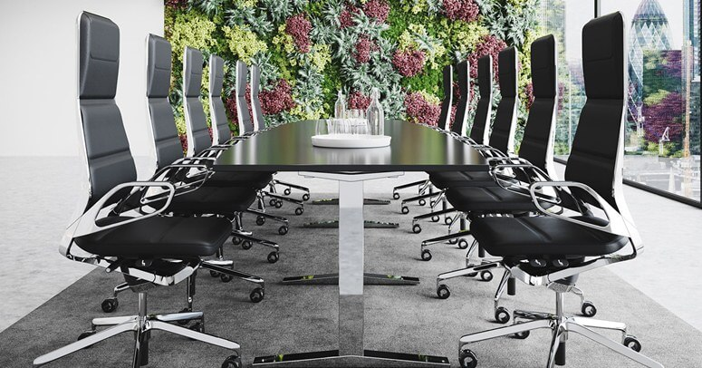 Lepo uređena kancelarija sa cvećem.