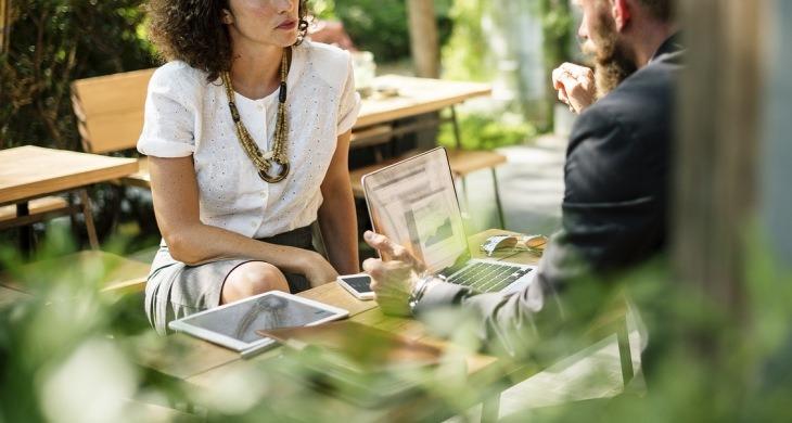 Muškarac i žena sede na poslovnom sastanku