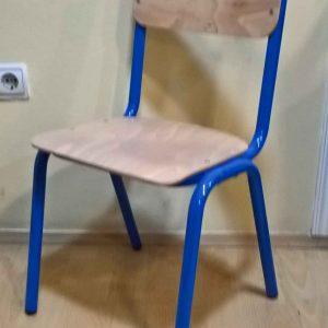 Dečija stolica za vrtić u plavoj boji.