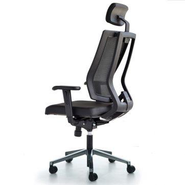 Kancelarijska stolica je dostupna u crnoj boji i ima podesive elemente.