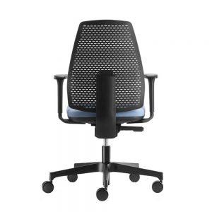 Radna stolica crne boje sa plavim sedistem.