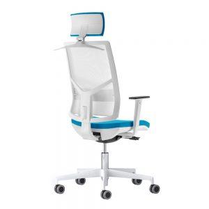 Radna stolica u beloj boji sa rukonaslonima i tockicima.