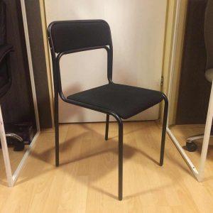 Radna stolica u crnoj boji koja je korišćena kao eksponat.