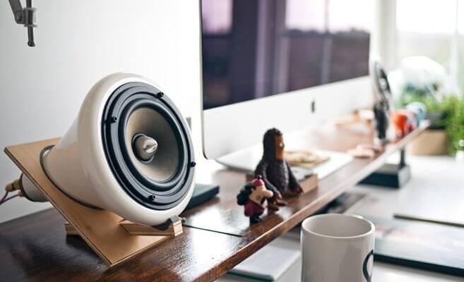 Stereo zvučnik u kancelariji.