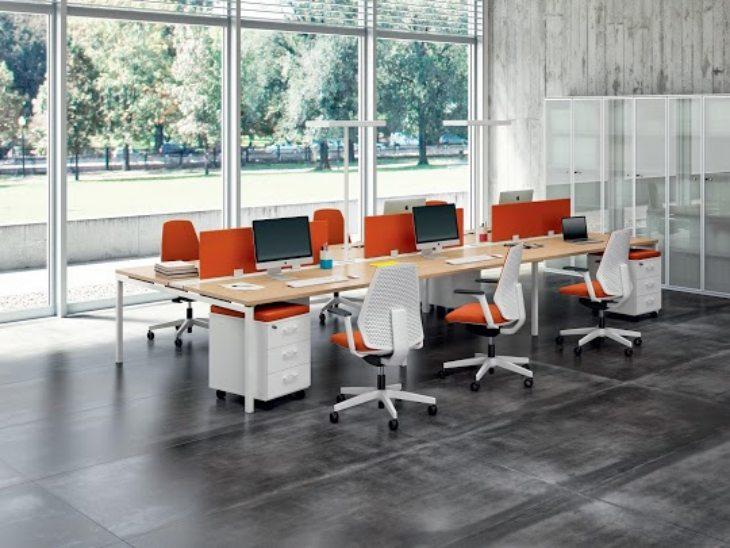 Moderna kancelarija sa naradžastim stolicama