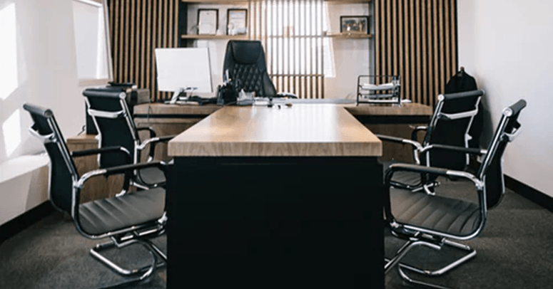 crni dugački stočić za sastanke, sa foteljama sa strane